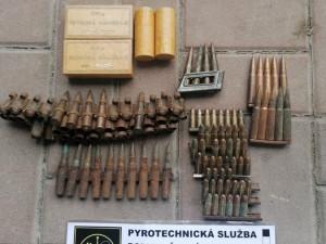 Za dveřmi oddělení našli policisté náboje a TNT. Zbraňovou amnestii takto nemyslíme, komentuje policie