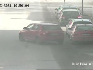Špatně zabrzděné auto vjelo do silnice. Kuriózní situace se obešla bez újmy na zdraví i majetku