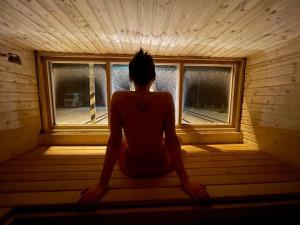 Dobrovolníci vytvořili speciální železniční saunový vagon. Jezdit by mohl kolem Prahy
