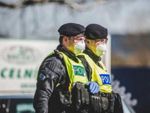 Na dodržování omezení pohybu dohlídne 26 tisíc policistů, kontroly čekají autobusy i vlaky