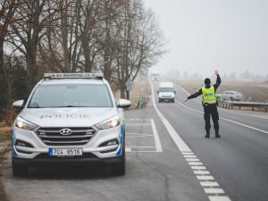 Policie od půlnoci kontrolovala pohyb mezi okresy. Žádné větší problémy zatím nezaznamenala