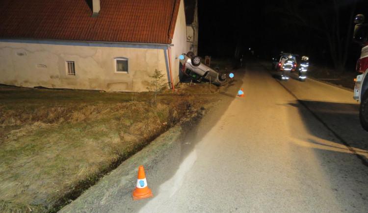 Opilý řidič otočil své auto na střechu, zastavil se až o dům u silnice