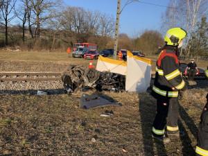 Vlak u Nedabyle srazil auto. Jedna osoba nehodu nepřežila