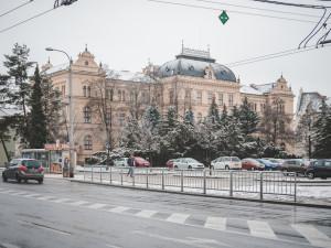 POLITICKÁ KORIDA: Co si myslí zastupitelé o novém zábradlí na Senovážném náměstí?