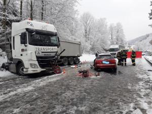 Řidič osobáku dostal smyk a narazil do kamionu. Na místě zemřel