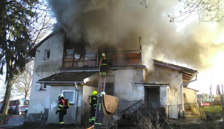 Požár bytového domu nezpůsobila technická závada. Případ bude řešit policie