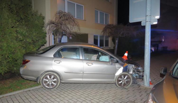 Opilý řidič naboural do veřejného osvětlení. V nemocnici nadýchal čtyři promile