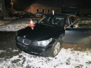 Další honička na jihu Čech. Řidič ujížděl policistům jen pár kilometrů, poté havaroval a utekl