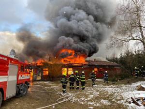 Hořící ubytovnu hasili hasiči několik hodin. Škoda je za 720 tisíc
