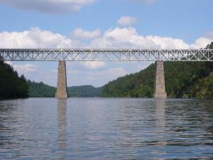 Památkáři chtějí zabránit zbourání železničního mostu přes Orlík