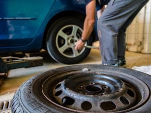 Na letní pneu přezula jen desetina řidičů. Hlavní vlna teprve přijde