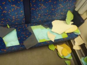 Neznámý vandal ničí sedadla ve vlacích. Policie pátrá po svědcích, kteří mohou pomoci k jeho dopadení