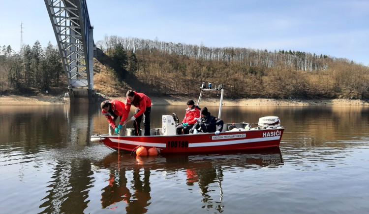 Při prohledávání Orlíku našli policejní potápěči tři lidská těla