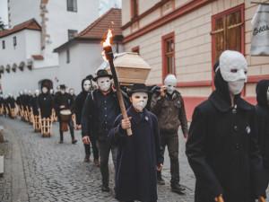 Zvony kostelů v Českých Budějovicích nahradily zvuky velkých hrkaček
