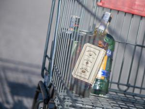 Nákup alkoholu a tabáku není podle ČOI pro mladistvé problém. U 3 ze 4 kontrol zjistila pochybení