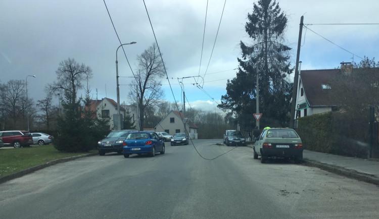 Náklaďák na Lidické třídě strhl troleje, které poškodily zaparkovaná auta. Silnice je uzavřená