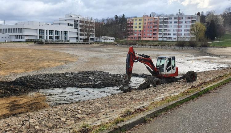 Na Hornobránském rybníku začala oprava výpusti. Práce potrvají do května