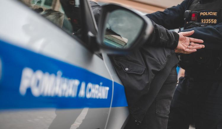 Za zaparkovaného náklaďáku byl slyšet hluk. Pod plachtou našli policisté dva migranty
