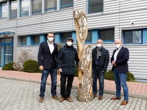 Městská charita darovala teplárně dřevěnou sochu. Jako poděkování za podporu Budějcké stravenky pro lidi bez domova