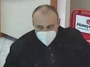 V Rakousku přepadl banku, pak se nechal odvézt k českým hranicím. Policie pátrá po muži na snímku