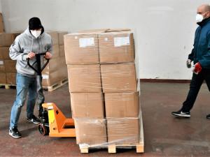 Krajský úřad rozváží roušky do škol. Ochranné prostředky putují do 288 zařízení
