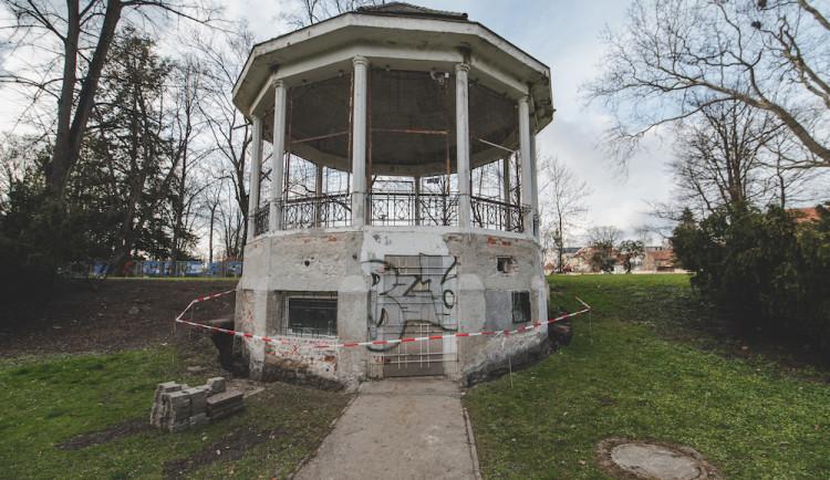 Altán v Háječku se opravuje. Revitalizace čeká celý park