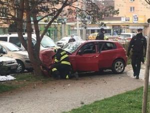 Honička ulicemi Budějc. Ujíždějící řidič naboural na křižovatce do auta, zastavil ho až strom