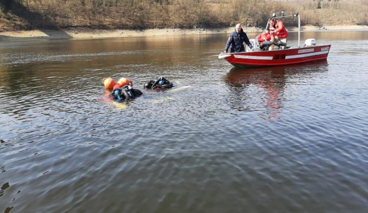 Policejní potápěči nalezli další tělo v orlické přehradě