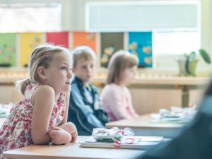 Do škol se vrací další děti v režimu rotace, začínají také konzultace