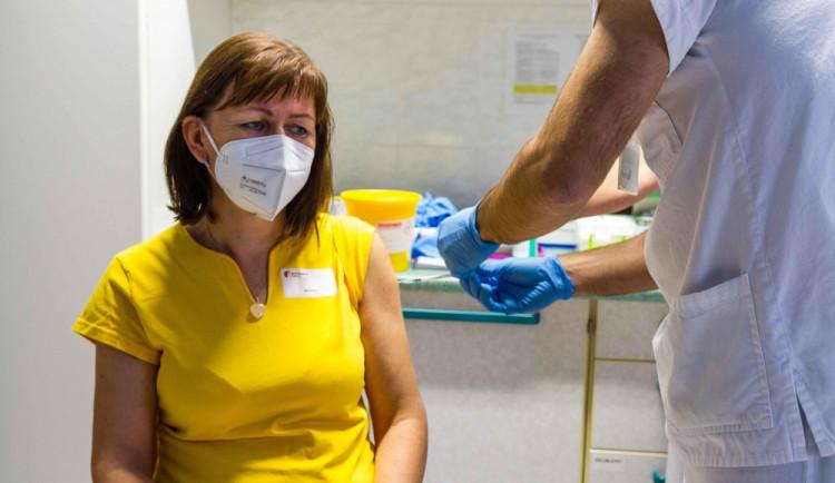 Lidé mezi 55 a 59 se zřejmě budou moct registrovat k očkování od středy