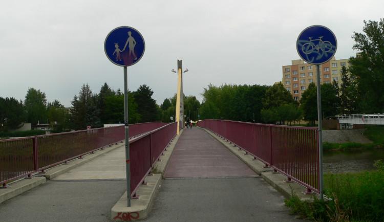 Frekventovaná lávka přes Vltavu se bude opravovat. Hotovo bude na konci června