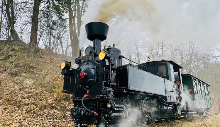 Parní sezonu na úzkokolejce dnes zahájila jízda historické lokomotivy