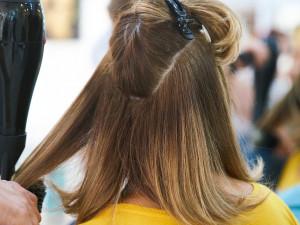 Otevřou se kadeřnictví, v sedmi regionech půjdou do škol žáci druhých stupňů