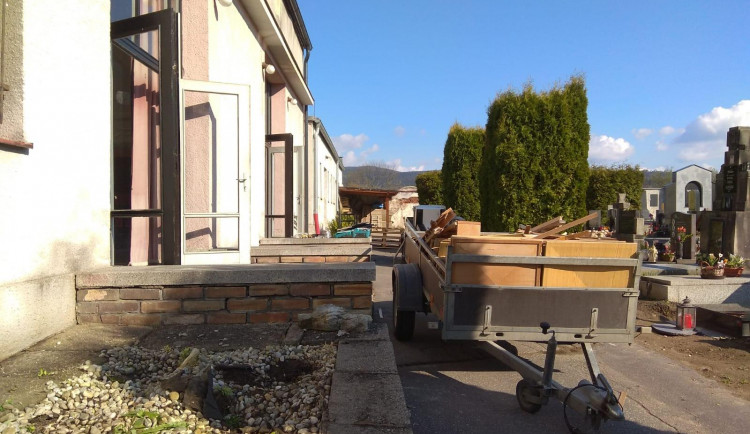 Obřadní síň na krumlovském hřbitově prochází rekonstrukcí. Pohřby se proto konají jinde