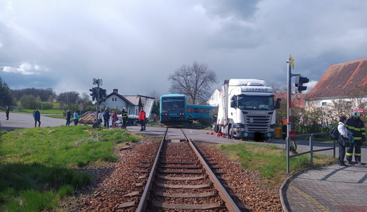 Vážná nehoda u Písku. Při střetu vlaku s nákladním automobilem se zranil strojvedoucí i cestující