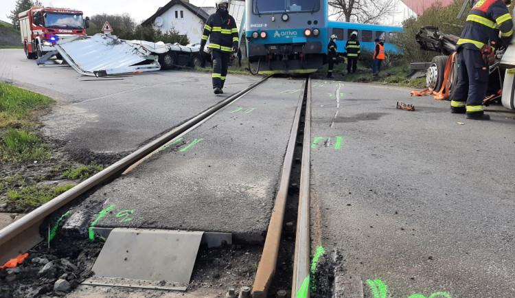 Škoda po včerejším střetu kamionu a vlaku u Písku dosahuje téměř 12 milionů korun