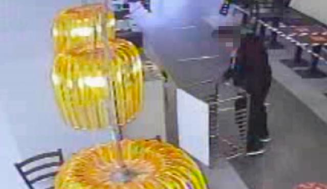 Kuriózní krádež. Zloděj nešika se v rychlém občerstvení pokusil ukrást vozík na tácy