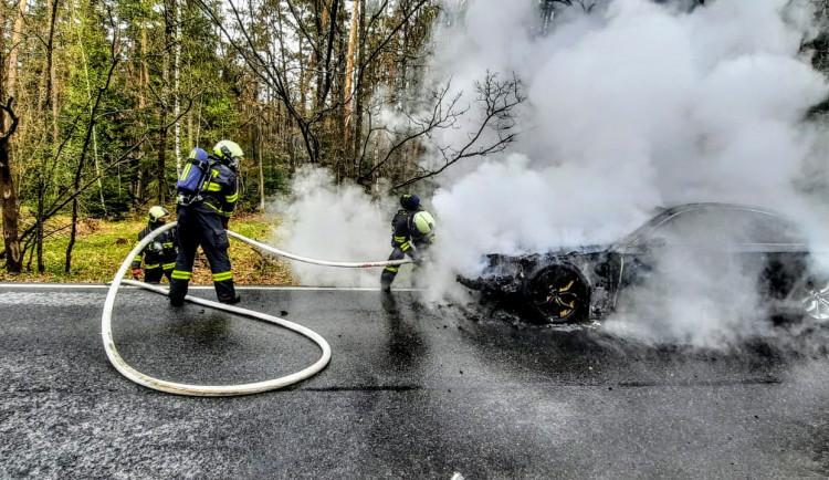 Požár luxusního automobilu pohledem hasičů. Z BMW zbyl jen ohořelý vrak
