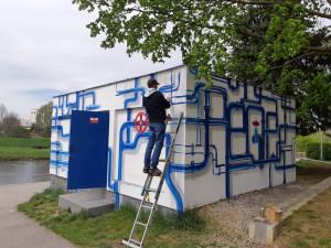 Vodohospodářský objekt posprejoval streetartový umělec. Malba ukazuje cestu vody