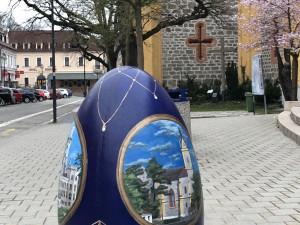 Hlubocké obří kraslice pomáhají malé Adélce z Bavorovic postavit se na vlastní nohy