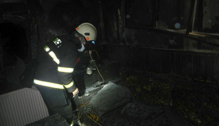 Policisté vytáhli z hořící chaty ženu v bezvědomí, rychlý zásah jí zachránil život