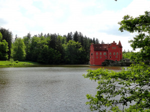 Na zámku Červená Lhota opět protéká hráz rybníka