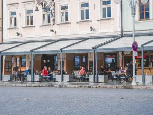 Zahrádky restaurací se otevřely. Většina podniků možnost využila i přes nepřízeň počasí