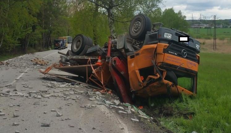 Náklaďák sjel do stoky a vysypal převážený náklad. Silnice mezi Hradcem a Dačicemi je uzavřená