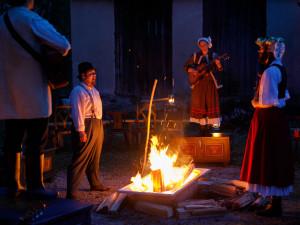 Malé divadlo hrálo po osmi měsících poprvé pro diváky, u ohně