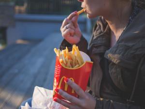 McDonald's i KFC. Fastfoody v Česku používají toxické obaly na potraviny, ukazuje studie