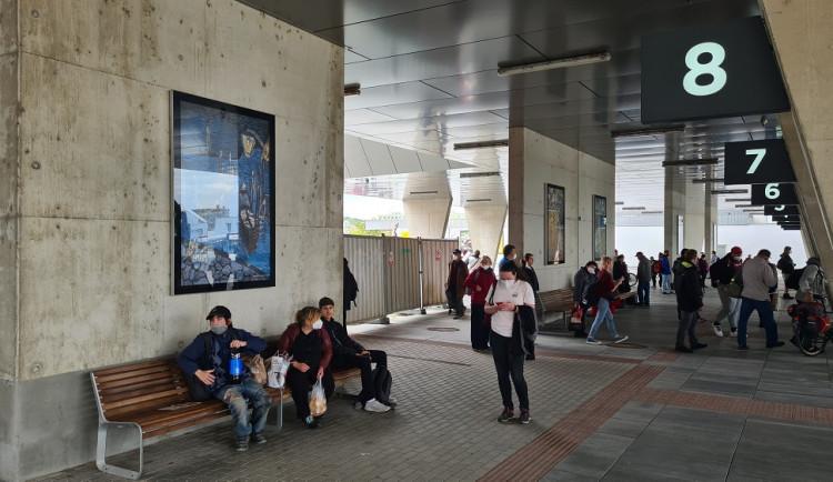 Terminál autobusového nádraží ve Strakonicích se proměnil v galerii. Vystavují zde nadaní žáci umělecké školy