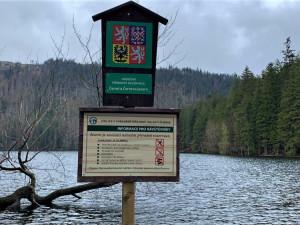 Plavci porušují zákazy koupání v šumavských jezerech. Jeden muž se pochlubil fotkou a pořádně to schytal