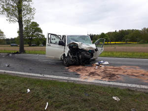 Tragickou dopravní nehodu u Jindřichova Hradce nepřežil mladý muž. Tři lidé utrpěli těžká zranění