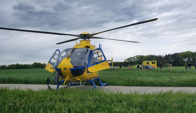 Pro zraněného motorkáře musel na Jindřichohradecko letět vrtulník